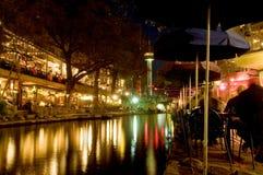 晚上riverwalk 免版税图库摄影