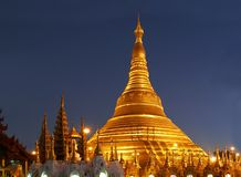 晚上shwedagon寺庙 免版税库存照片