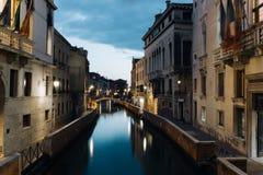 晚上venezia街道 免版税库存图片