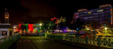 晚圣诞节晚上在明亮地被点燃的布里季敦,巴巴多斯 免版税库存照片