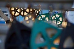 晚太阳通过滑轮发光在一条商业捕鱼业小船 免版税库存照片