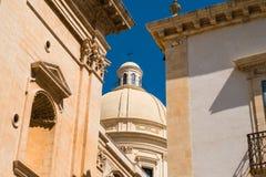 晚巴洛克式的建筑学的瞥见在诺托,意大利 免版税库存照片