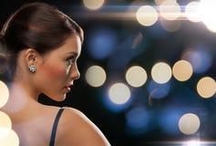 晚礼服佩带的金刚石耳环的妇女 免版税库存图片