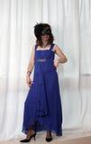 晚礼服和屏蔽的一名妇女 免版税图库摄影