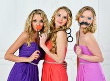 晚礼服的三名妇女有屏蔽的。 免版税库存图片