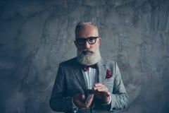晚礼服的专业,老练,狡猾,老赌客有弓的, 免版税库存照片