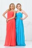 晚礼服的二名美丽的妇女 免版税库存照片