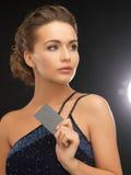 晚礼服的妇女与塑料卡片 免版税库存图片