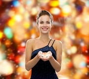晚礼服的微笑的妇女与金刚石 免版税库存照片