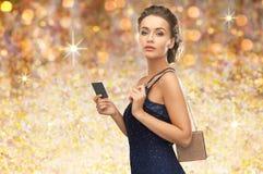 晚礼服的美丽的妇女与vip卡片 免版税库存照片