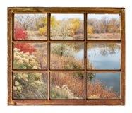 晚秋天的-窗口视图湖 图库摄影
