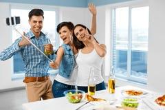 晚餐会 获得的朋友乐趣,采取Selfie 假日Celebra 免版税图库摄影