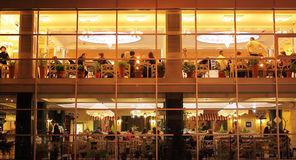 晚餐在餐馆在城市 库存图片