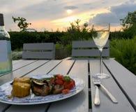 晚餐外面在庭院里 免版税库存图片