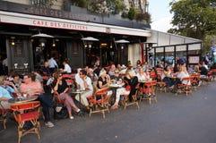 晚餐时间的巴黎餐馆 图库摄影