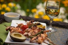 晚餐的烤虾串在庭院里 库存图片