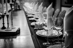 晚餐的表设置 空的玻璃餐馆 免版税图库摄影
