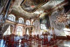 晚餐被设定在中世纪城堡 免版税库存图片