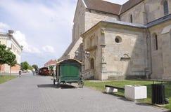 晨曲卡罗来纳州, 6月15日:街道视图和圣迈克尔大教堂从晨曲卡罗来纳州堡垒在罗马尼亚 库存照片