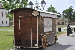 晨曲卡罗来纳州, 6月15日:从晨曲卡罗来纳州堡垒庭院的报亭在罗马尼亚 库存照片