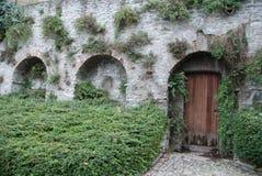 晨曲城堡Serralunga d的`的老门 库存图片