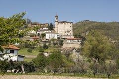 晨曲教会和皮耶蒙特葡萄园和小山在春天,意大利 免版税库存图片