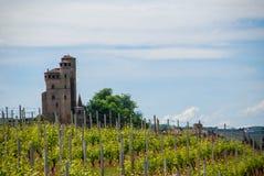 晨曲Serralunga的Castel,山麓 库存照片