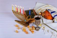 晨祷披巾、犹太盖帽和九个蜡烛menorah 免版税图库摄影