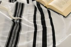 晨祷披巾- Tallit和祈祷书犹太宗教标志 Rosh hashanah犹太新年假日、Shabbat和赎罪节co 库存图片
