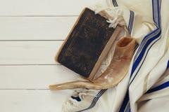晨祷披巾- Tallit和羊角号(垫铁)犹太宗教标志 免版税库存照片