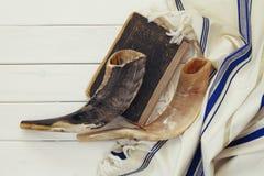 晨祷披巾- Tallit和羊角号(垫铁)犹太宗教标志 图库摄影