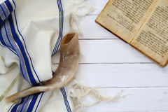 晨祷披巾- Tallit和羊角号(垫铁)犹太宗教标志 免版税库存图片