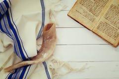晨祷披巾- Tallit和羊角号(垫铁)犹太宗教标志 免版税图库摄影