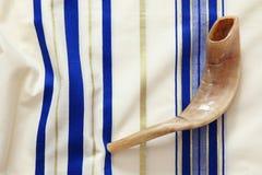 晨祷披巾- Tallit和羊角号& x28; horn& x29;犹太宗教标志 免版税库存照片