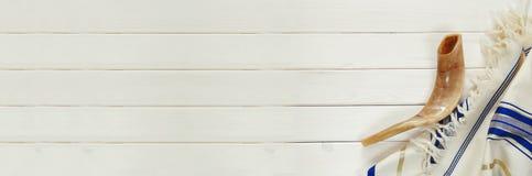 晨祷披巾- Tallit和羊角号& x28; horn& x29; 犹太宗教symbo 库存图片