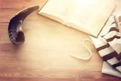 晨祷披巾- Tallit,祈祷书和羊角号垫铁犹太宗教标志 Rosh hashanah犹太新年假日的Shabbat 库存照片