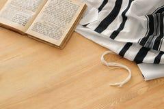 晨祷披巾- Tallit,祈祷书犹太宗教 免版税库存照片