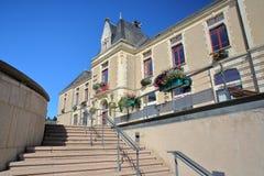 普佐热,法国- 2017年7月10日:有台阶的城镇厅在前景 免版税库存照片