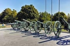 普列文,保加利亚- 2015年9月20日:在全景前面的大炮普列文叙事诗1877在市普列文 库存照片
