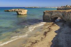 普利亚最美丽的沙滩  Salento海岸:圣Foca使意大利靠岸 库存照片