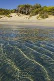 普利亚最美丽的沙滩  Salento海岸:Alimini海滩,意大利莱切 从Torre Dell ` Orso和奥特朗托含沙 免版税库存图片