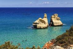 普利亚最美丽的海岸:Torre Dell ` Orso海湾,意大利莱切 库存照片