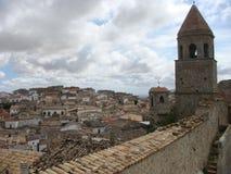 普利亚的北部的一个典型村庄的全景意大利的南部的 库存照片