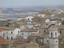 普利亚的北部的一个典型白色村庄的全景意大利的南部的 免版税库存图片