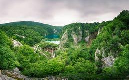 普利特维采湖群国家公园瀑布在有薄雾的早晨 免版税库存照片