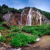 普利特维采湖群国家公园瀑布早晨 库存照片