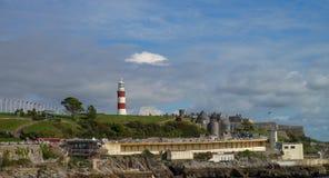 普利茅斯在有灯塔的英国在背景 库存图片