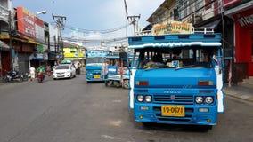 普吉岛公共汽车等待 免版税库存图片