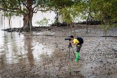 普吉岛泰国, 3月9日:摄影师在深泥进来 免版税库存图片