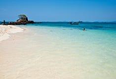 普吉岛泰国- 3月16日:游人在海滩2010年3月16日放松 免版税库存照片
